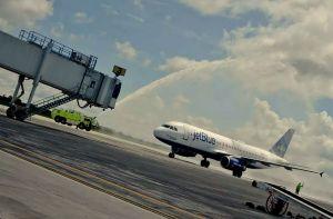 El Airbus A-320 de jetBlue Airways fue recibido con chorros de agua en su vuelo inaugural desde Boston a Liberia.